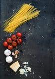 Marco de la comida Ingredientes de las pastas Cereza-tomates Imagen de archivo