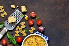 Marco de la comida Ingredientes para las pastas - tomates de cereza, ajo fotografía de archivo libre de regalías