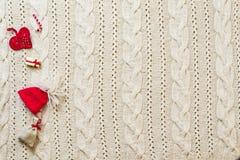 Marco de la decoración de la Navidad con el fondo hecho punto de las lanas Espacio f Fotografía de archivo libre de regalías