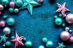 Marco de la decoración del Año Nuevo Bolas y estrellas de la Navidad en mofa azul de la opinión superior del fondo para arriba Fotos de archivo