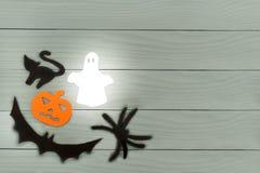 Marco de la esquina de parte inferior izquierda de las siluetas del papel de Halloween Imagenes de archivo