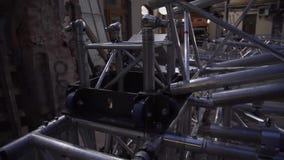 Marco de la estructura de aluminio de la etapa del concierto puesta afuera al lado de casa vieja almacen de metraje de vídeo