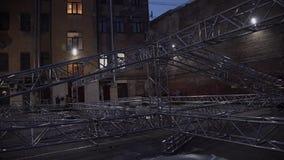 Marco de la estructura de aluminio de la etapa del concierto puesta afuera al lado de casa vieja almacen de video