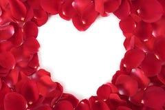 Marco de la forma del corazón con los pétalos de rosas rojas Imágenes de archivo libres de regalías