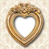 Marco de la forma del corazón del oro viejo fotos de archivo