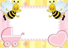 Marco de la foto del bebé con la abeja. Fotografía de archivo