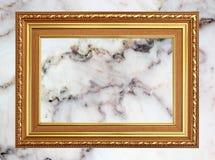 Marco de la foto del vintage del marco del oro en el fondo de mármol de la pared de piedra Foto de archivo