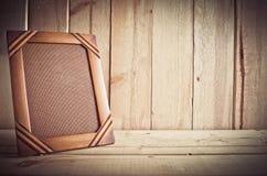 Marco de la foto del vintage en la tabla de madera sobre el fondo de madera Imagen de archivo libre de regalías
