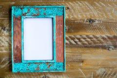 Marco de la foto del vintage sobre el fondo de madera con la lona blanca vacía Foto de archivo