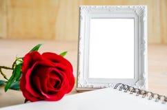 Marco de la foto del vintage y rosa blancos del rojo con el diario abierto Foto de archivo libre de regalías
