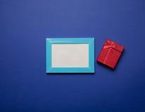 Marco de la foto y caja de regalo Fotografía de archivo libre de regalías