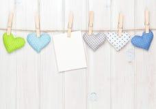 Marco de la foto y corazones del juguete de las tarjetas del día de San Valentín Imagen de archivo