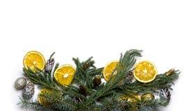 Marco de la frontera de la Navidad de la rama de árbol de abeto en el fondo blanco aislado Foto de archivo libre de regalías
