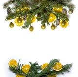 Marco de la frontera de la Navidad de la rama de árbol de abeto en el fondo blanco aislado Imagenes de archivo