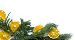 Marco de la frontera de la Navidad de la rama de árbol de abeto en el fondo blanco aislado Foto de archivo