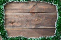 Marco de la lentejuela de la decoración de la Navidad con el fondo de madera Puede ser utilizado como plantilla para su proyecto  Fotos de archivo libres de regalías