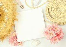 Marco de la maqueta con los elementos del verano fotos de archivo libres de regalías