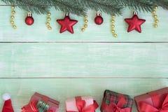 Marco de la Navidad con el árbol de abeto de las decoraciones y las cajas de regalo Fotografía de archivo libre de regalías