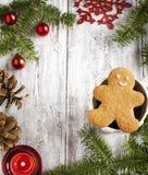 Marco de la Navidad con el hombre de la galleta del pan de jengibre y la taza de té Fotos de archivo