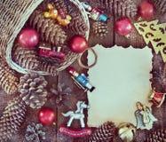 Marco de la Navidad con las decoraciones de la Navidad, conos del pino Imágenes de archivo libres de regalías