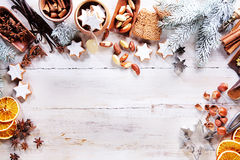 Marco de la Navidad con las especias, las nueces y las galletas Foto de archivo libre de regalías