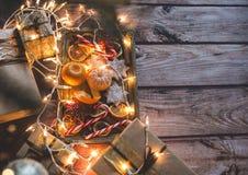 Marco de la Navidad con las luces, los ornamentos, el caramelo y las decoraciones Espacio libre Fotos de archivo