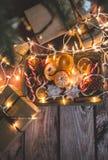 Marco de la Navidad con las luces, los ornamentos, el caramelo y las decoraciones Espacio libre Fotografía de archivo