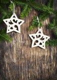 Marco de la Navidad con las ramas de árbol de abeto y la decoración de la Navidad Fotografía de archivo libre de regalías