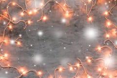 Marco de la Navidad en fondo de piedra gris oscuro con las luces Imagen de archivo libre de regalías