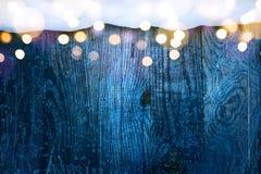 Marco de la Navidad; fondo nevoso azul del invierno; Foto de archivo