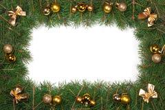 Marco de la Navidad hecho de las ramas del abeto adornadas con los arcos y de los copos de nieve aislados en el fondo blanco Imágenes de archivo libres de regalías
