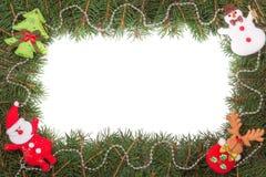 Marco de la Navidad hecho de las ramas del abeto adornadas con Santa Claus y el muñeco de nieve aislados en el fondo blanco Fotografía de archivo libre de regalías