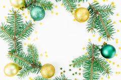 Marco de la Navidad de los árboles del invierno, de las bolas de oro y del confeti en el fondo blanco Concepto del invierno Endec Foto de archivo