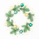 Marco de la Navidad de los árboles del invierno, de las bolas de oro y del confeti en el fondo blanco Endecha plana, visión super Imagen de archivo libre de regalías