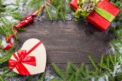 Marco de la Navidad o del Año Nuevo para su proyecto con el espacio de la copia Abetos de la Navidad en nieve con los regalos en  imagen de archivo libre de regalías