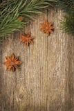 Marco de la Navidad (ramas y anís de estrella spruce) en la madera vieja Imágenes de archivo libres de regalías