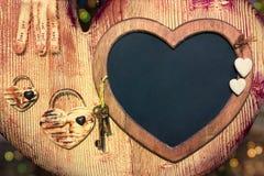 Marco de la pizarra de la tarjeta del día de San Valentín con claves al corazón Foto de archivo
