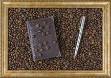 Marco de la pluma de la libreta del grano de café de la opinión hermosa del fondo de la imagen el lado Concepto del asunto Fotos de archivo libres de regalías