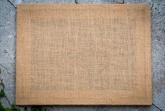 Marco de la textura de la arpillera en fondo del cemento del piso Foto de archivo libre de regalías