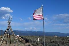Marco de la tienda de los indios norteamericanos y bandera de los E.E.U.U. Imagen de archivo libre de regalías
