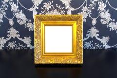 Marco de la vendimia del oro en viejo fondo de madera Fotos de archivo