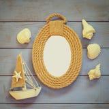 Marco de las cuerdas y barco de navegación de madera en la tabla de madera concepto náutico de la forma de vida la plantilla, ali Fotos de archivo