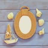 Marco de las cuerdas y barco de navegación de madera en la tabla de madera concepto náutico de la forma de vida la plantilla, ali Fotos de archivo libres de regalías