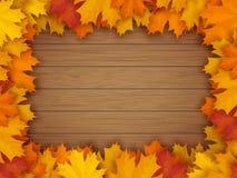 Marco de las hojas de otoño en fondo de madera Imagenes de archivo