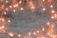 Marco de las luces de la Navidad en fondo de piedra gris oscuro Fotos de archivo