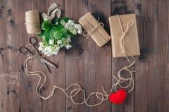 Marco de las tarjetas del día de San Valentín del St con el ramo de flores blancas Fotografía de archivo libre de regalías