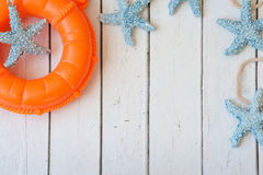 Marco de las vacaciones de verano con las conchas marinas y los accesorios de la playa Fondo del verano con el espacio de la copi Imagen de archivo