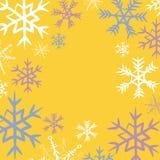 Marco de los copos de nieve del invierno Vector el ejemplo de copos de nieve azules, rosados y blancos en fondo amarillo Imagen de archivo