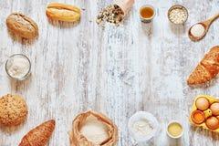 Marco de los ingredientes de la hornada sobre la tabla de madera Foto de archivo libre de regalías
