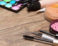 Marco de los productos de maquillaje en superficie de madera Fotos de archivo libres de regalías